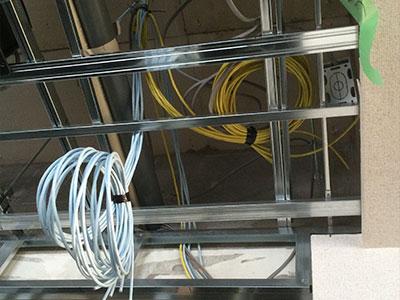 異なるフロア間のLAN配線は、天井裏を通すなどの難しい作業が必要です