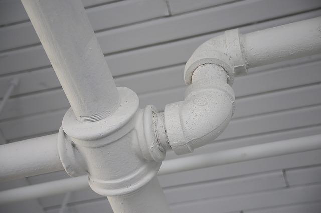 屋外などでは配管を使ってLANケーブルを保護