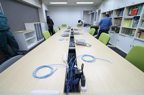 オフィスの各机にLAN配線する工事です