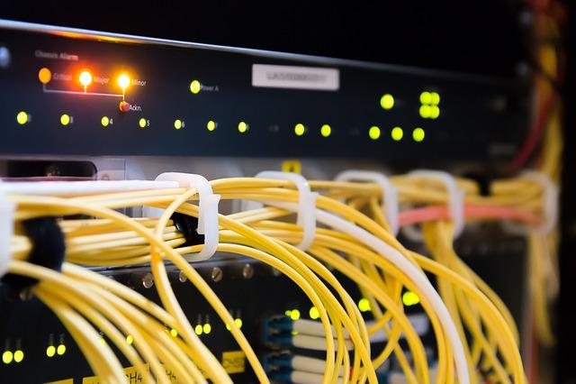 LANケーブルを束ねることで、ケーブルがどの機器同士をつないでいるかがわかりやすくなる